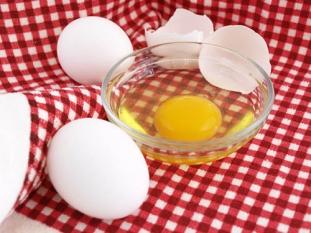Eats_EggShellInRawEgg