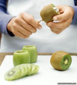 Eats_PeelingAKiwi_MarthaStewart